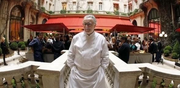 Le Chef cuisinier français Alain Ducasse réduit la quantité de viande dans ses menus